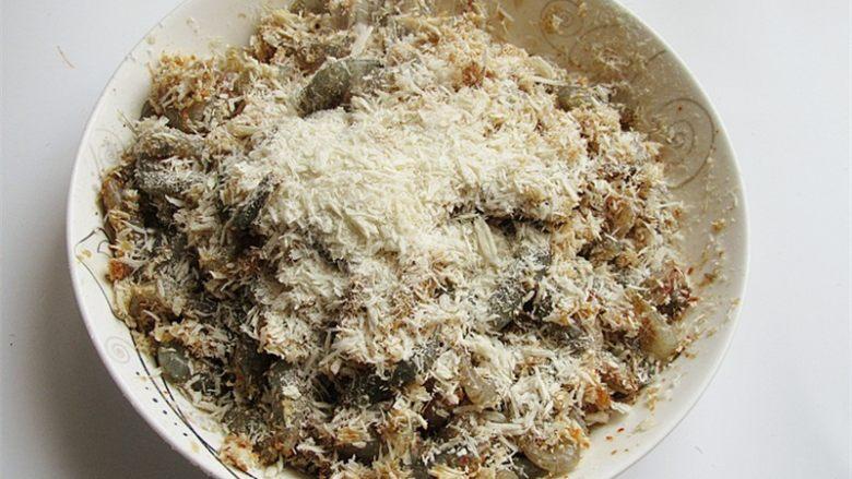 蒜香辣味虾,再撒上面包粉裹匀即可