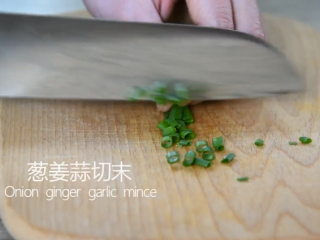 """一学就会的""""鱼香肉丝""""做法,葱姜蒜切末"""