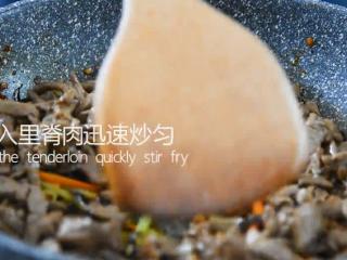 """一学就会的""""鱼香肉丝""""做法,清炒片刻倒入里脊肉迅速炒匀"""