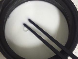 川北凉粉,打开豌豆淀粉,放入250g 水,搅拌均匀