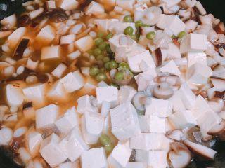 产后宜食 珍宝豆腐,放入豆腐及焯好的豌豆