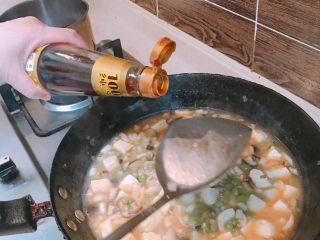 产后宜食 珍宝豆腐,出锅前淋入香油 提亮 放入极少量盐。