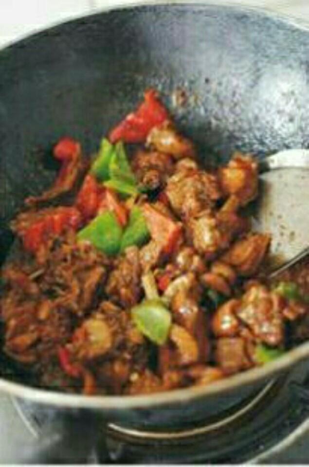 啤酒老鸭的做法,待汤汁基本收干加青红椒、葱花翻炒,再加盐调味,即可起锅。