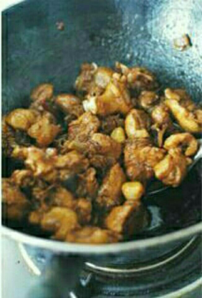 啤酒老鸭的做法,大火煸炒至鸭肉收干不出水(出水多可以倒掉),并且炒出部分鸭油。