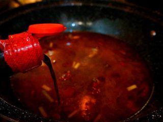 家常烧鲫鱼,倒入适量清水,加入半勺生抽,四分之一勺老抽,少量盐,鸡粉,白糖,拌匀,煮沸