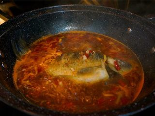 家常烧鲫鱼,放入炸好的鲫鱼,一样用锅铲不停的把汤汁淋到鱼身上面 盖上盖子,慢火焖煮至汤汁剩三分之一 其间要用锅铲轻轻的铲一下,以免糊锅底哦,