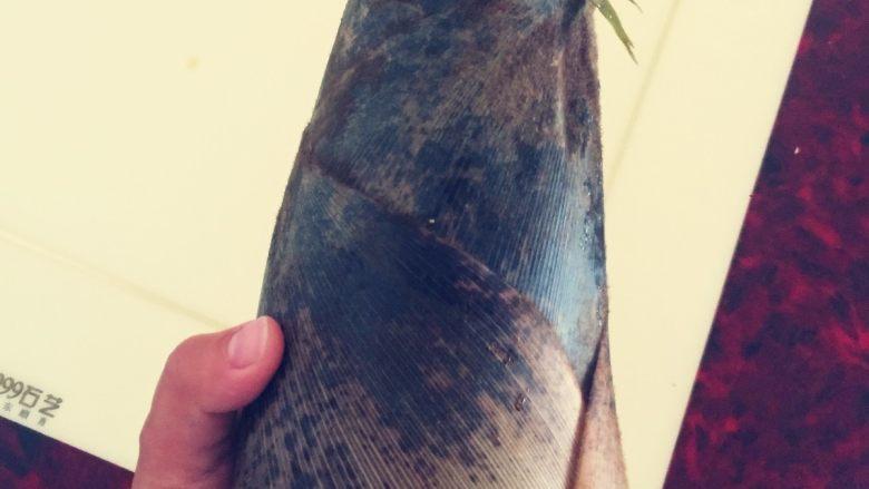 春笋烧肉/油焖春笋,将笋去根(因为根部一般比较老,味道不好),剥壳。如果笋子暂时不吃的话不要剥壳,如果已经剥壳但是暂时不烹饪,可以用水煮一下,沥水后用保鲜袋装好