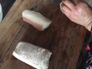 春笋烧肉/油焖春笋,烧肉选用的猪肉是肥瘦均匀的五花肉,太肥的话吃起来好油腻,太精的话出油不多烧笋不好吃。肉切成片状或者块状都可以,看个人喜好。可以将肥肉和瘦肉分开,等会按顺序下锅