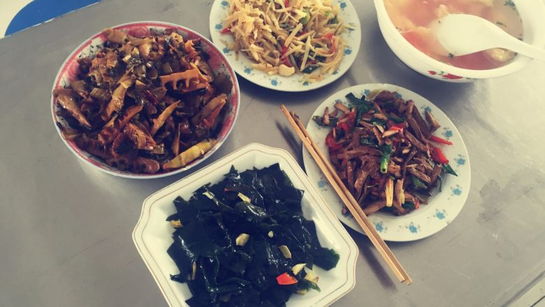 春笋烧肉/油焖春笋,一道皖南地区的特色菜就大功告成了!正好搭配了这个季节特色小菜,有木有很想吃~