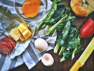 班尼迪克蛋 (brunch之选),准备工作:菠菜一切两半,面包横切成两片,火腿切片,黄油融化成液体状
