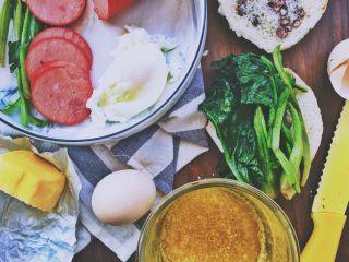 班尼迪克蛋 (brunch之选),将菠菜放到面包片上