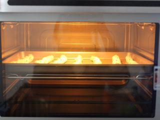 黑芝麻椰蓉面包棒,将搓好的螺纹条放入烤箱,用手机调好发酵功能,发至2倍大即可
