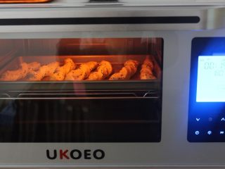 黑芝麻椰蓉面包棒,发酵好后的螺纹条,拿出来在表面刷上一层蛋液,烤箱上下火预热180度5分钟,将烤盘放入烤箱中层,上下火180度15分钟