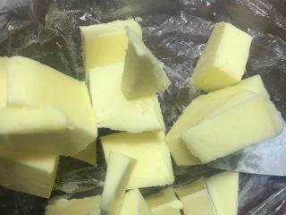 向日葵豆沙面包,等揉成面团后,加入软化的黄油