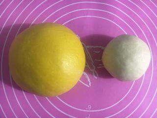 向日葵豆沙面包,出膜后滚圆盖保鲜膜静置发酵,约1个半小时
