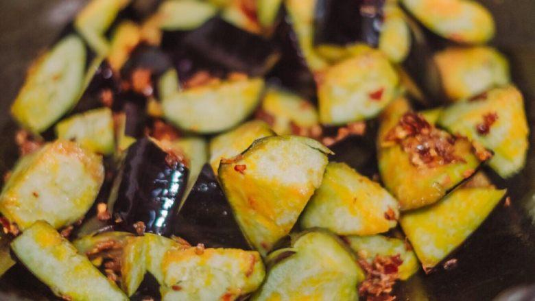 红烧茄子,豆瓣酱炒得炒香之后下茄子,油一下子就被吸光了~ 不用管,继续翻炒~