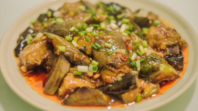 红烧茄子,然后小火收汁,因为豆瓣酱的味道已经煮到茄子里面了,所以不用放盐,直接起锅,撒上葱花即可