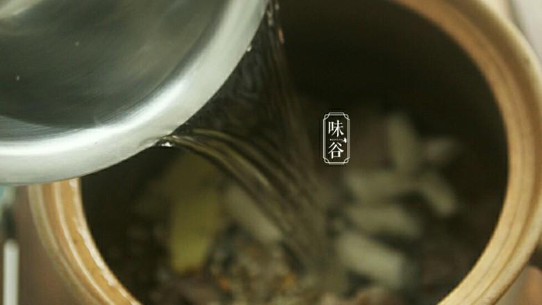 健脾祛湿的淮山薏米猪骨汤,加大约7碗水(1人按大约两碗水计算)。