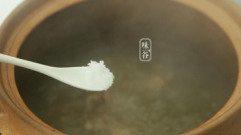 健脾祛湿的淮山薏米猪骨汤,关火前调入食盐即可。