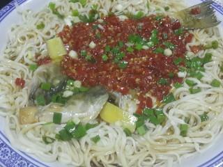 剁椒鲈鱼  (配香葱剁椒面)