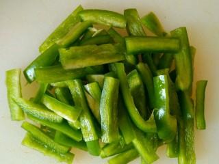 家腌脆黄瓜,青椒切粗丝