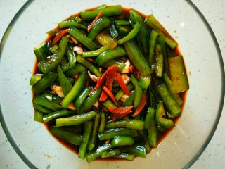 家腌脆黄瓜,将已凉透的生抽汁,倒入碗中,腌渍黄瓜和青椒,大约腌渍1―2小时可食,以黄瓜入味为准。