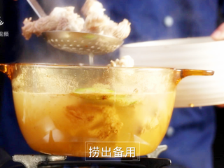 酱香羊蝎子-美颜补钙身体棒,将羊脊骨捞出沥干水分