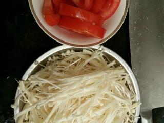西红柿金针菇汤,西红柿洗净切块,金针菇洗净剥丝