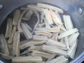 腐竹拌黄瓜,等腐竹颜色发白变软后,烧开水放水里煮2分钟