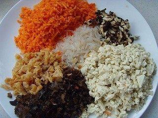 美味包子~,将泡发好的黑木耳、海米、冬菇、粉条与去皮胡萝卜、北豆腐切碎丁备用