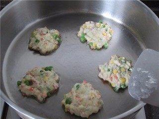 三宝玉米饼,烧热平底锅,加入适量食用油,将面糊舀入锅中,摊成小饼