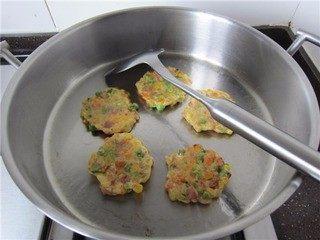 三宝玉米饼,中小火,煎至两面金黄,即可