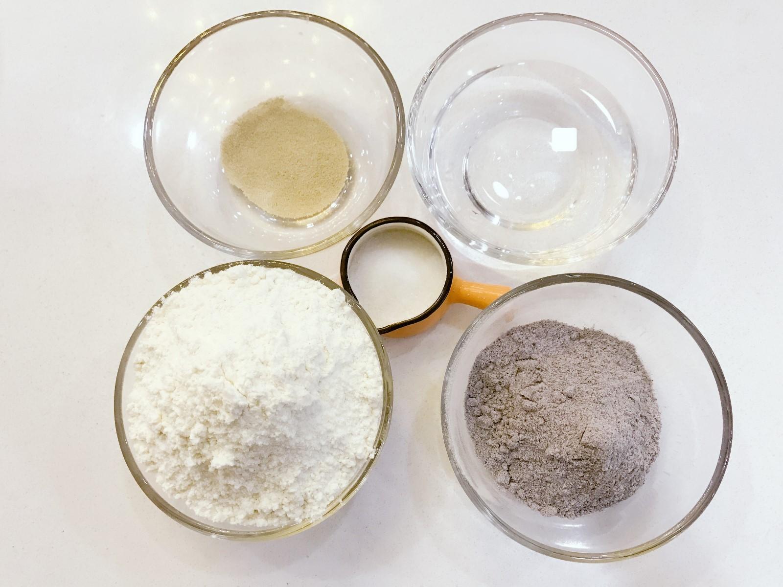 宝宝辅食:黑米馒头-12M+ ,准备好所有食材,在酵母中倒入温水融化开,还有一点结块也没有大问题的。</p> <p>》新手发酵建议:检测酵母的有效性,把酵母用温水泡完后,静置10分钟左右