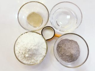 宝宝辅食:黑米馒头-12M+ ,准备好所有食材,在酵母中倒入温水融化开,还有一点结块也没有大问题的。 》新手发酵建议:检测酵母的有效性,把酵母用温水泡完后,静置10分钟左右