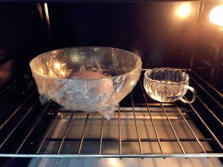 宝宝辅食:黑米馒头-12M+ ,将黑米面团放在碗中,覆盖保鲜膜,放在笼屉上,然后在蒸锅中加入半锅40度左右的热水,盖上锅盖,发酵成2倍大,耗时差不多40分钟。也可以直接用烤箱的发酵功能,边上要放一碗水哈。 》发酵后,变成2倍大,表面也膨胀变得更加平整。