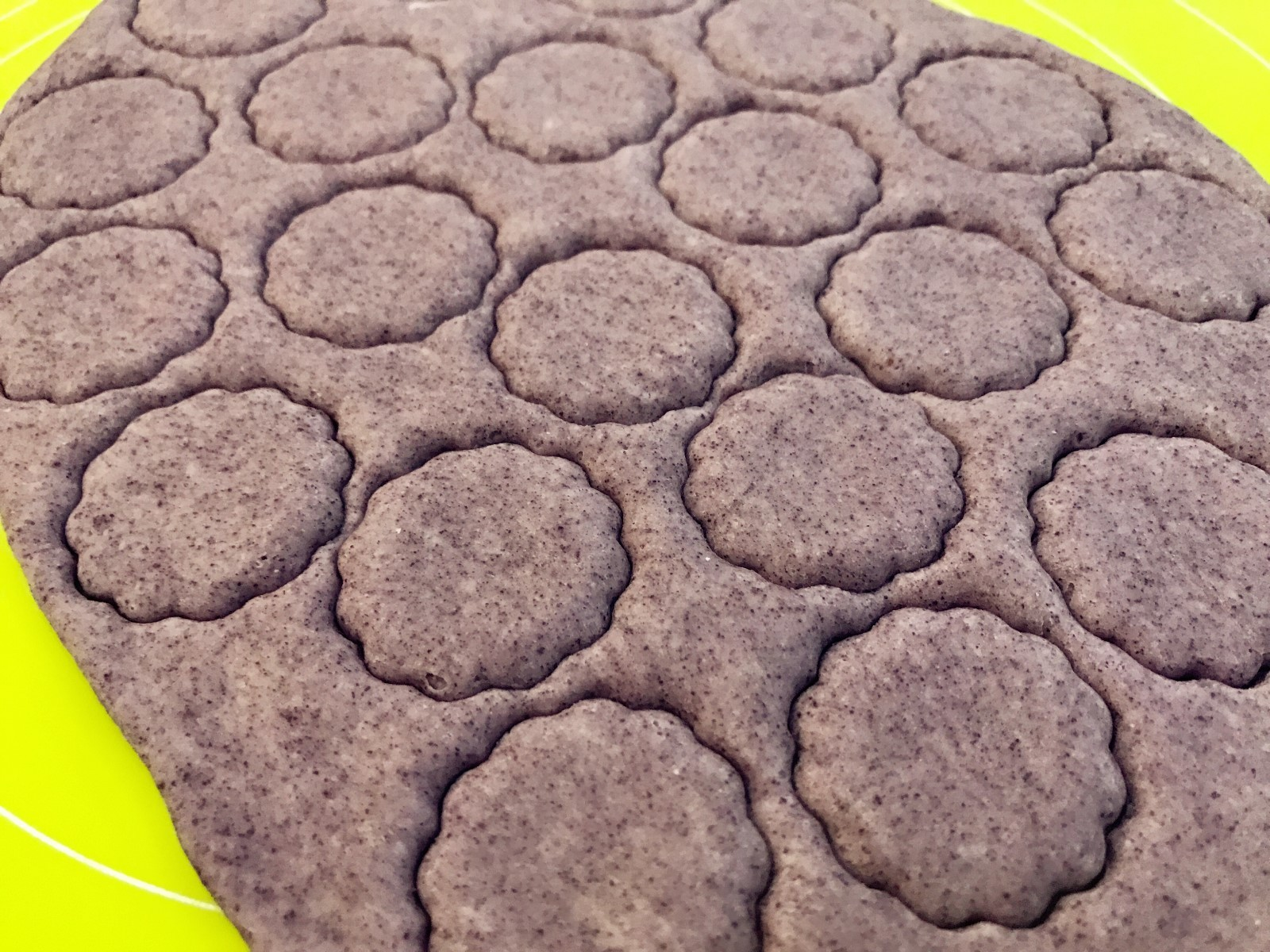 宝宝辅食:黑米馒头-12M+ ,取出面团,简单搓揉,然后将面团擀成0.3-0.5cm左右厚度,用饼干模具直接压扣成你想要的形状。</p> <p>》这一步大家可根据自身情况调整,没有饼干模具的用一些容器的盖子之类的都可以压扣,或者直接用刀切成其他形状。</p> <p>》简单揉面是为了排气,揉面的过程中面团又会缩小一点,排气后,成品的组织内部大气泡会减少,内部组织会更加美观,口感也会更好。</p> <p>》擀面的时候如果会粘手,案板上撒点面粉,手上抹点面粉,不要太多,一点点就好。