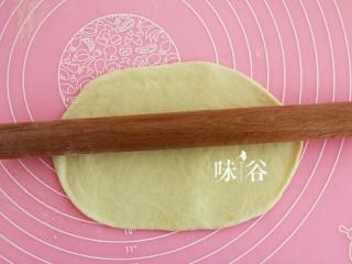 黑椒火腿肠面包,取一个擀成椭圆形。