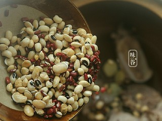 清热祛湿的沙葛猪骨汤,将姜片、猪骨以及赤小豆、眉豆、扁豆放入汤煲内。
