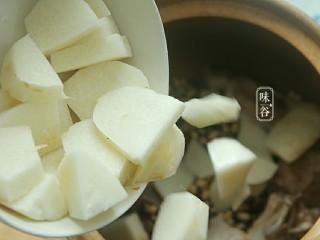 清热祛湿的沙葛猪骨汤,还有切好的沙葛。