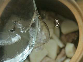 清热祛湿的沙葛猪骨汤,放入适量清水。(水量:大约按一人2碗水推算。)盖上盖子。