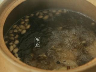 清热祛湿的沙葛猪骨汤,大火沸腾后转小火煲1.5小时。