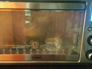佛卡恰面包,面团入容器中,盖保鲜膜,开启烤箱发酵键入烤箱发酵,烤箱中放一碗热水