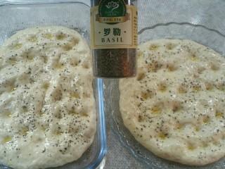 佛卡恰面包,表面刷上一层橄榄油,撒上适量罗勒碎