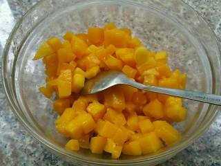香芒果酱(内附香芒果丹皮做法),芒果切成颗粒