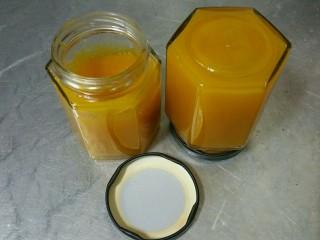香芒果酱(内附香芒果丹皮做法),装入消过毒的玻璃瓶中,趁热倒扣