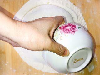产后宜食 油菜香菇馅饼,取一空碗沿馅饼边缘旋转,切下多余面皮