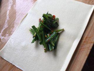 豆皮卷,菜市场买的豆腐皮都是很大块的,切成你想要的大小,不要太小,长方形的。然后把韭菜放在豆腐皮中间,尽量多放点,煮一下会软,放少了软了就吃不到什么,吃不出韭菜味特!