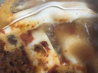 豆皮卷,最后呢我是加火锅料煮的,可以当菜,也可以涮火锅吃。煮十来分钟,外面的豆腐皮煮入味了就差不多了!
