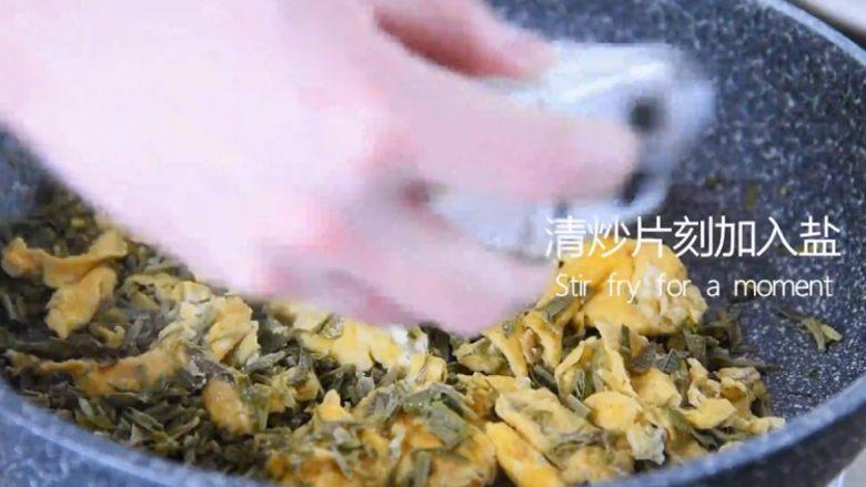 吃出春天的味道——香椿炒鸡蛋,清炒片刻撒入盐