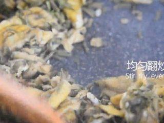 吃出春天的味道——香椿炒鸡蛋,均匀翻炒